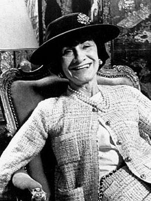 Coco Chanel com uma de suas criações mais clássicas, o casaco de tweed - Foto: Divulgação