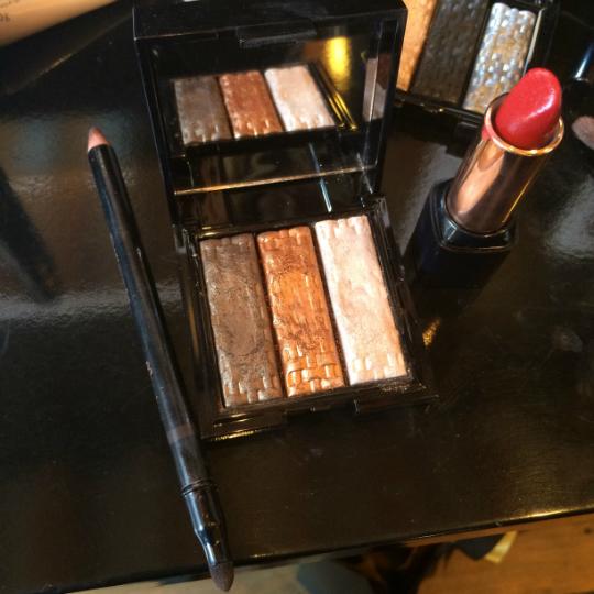 Lápis kajal marron, trio de sombras cor 1 e batom gloss vermelho 80 - Foto: Juju Massena