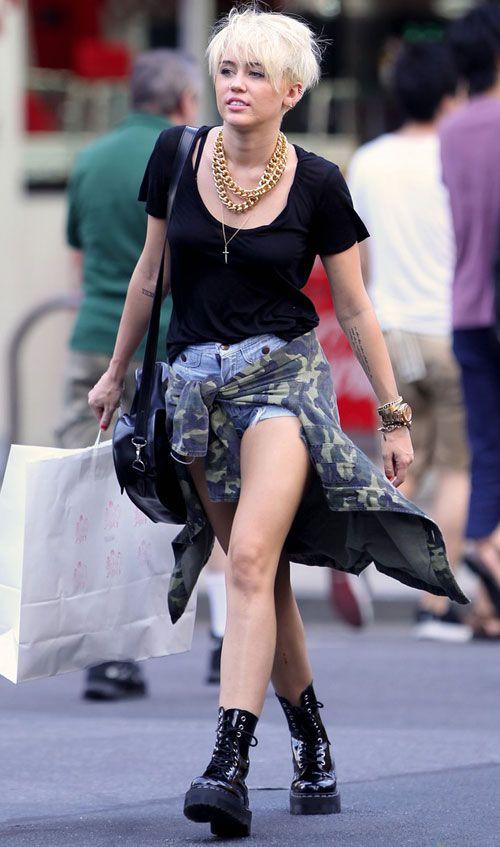 Miley Cyrus é fá do coturno, vira e mexe ela é vista com esse modelo de bota - Foto: Reprodução/Capricho
