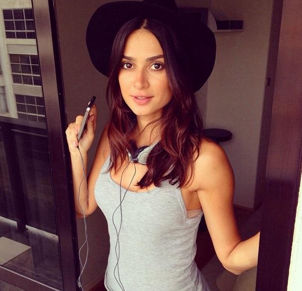 Thaila Ayala postou foto antes de ir para o evento, já com seu chapéu - Foto: Reprodução/Instagram