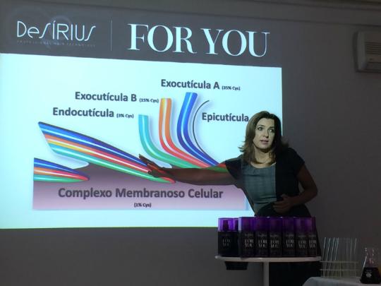 Sabrina Rosa explicando quais são as camadas do cabelo - Foto: Juju Massena