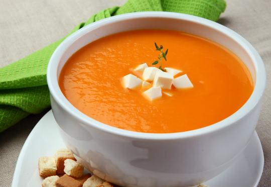 Sopas de moranga, cenoura, ervilha entre outras, podem ser uma saída quentinha para o detox no inverno - Foto: Divulgação