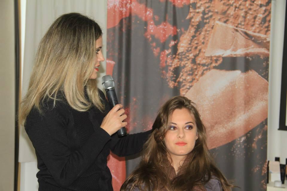 A Vane percorre o Brasil revelando truques e tirando dúvidas sobre maquiagem - Foto: Reprodução/Facebook
