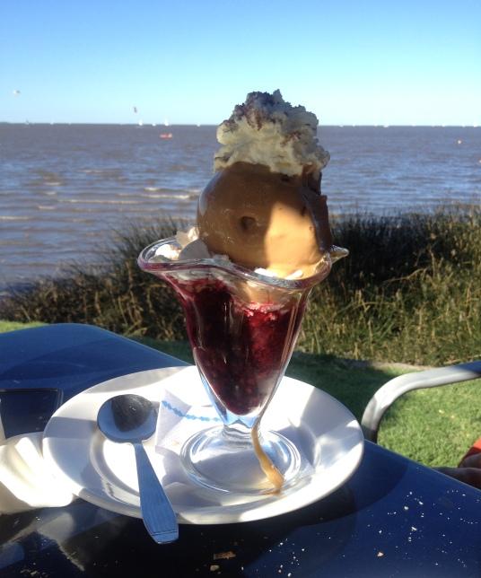 Copa Ventola: sorvete de creme e doce de leite, charlotte, brownies, calda de frutas vermelhas... *suspiro