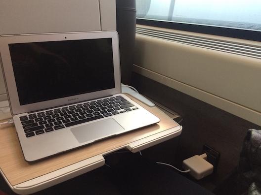 O lugar tinha espaço para conectar o computador. Internet também estava disponível no trem, mas havia um custo para conexão