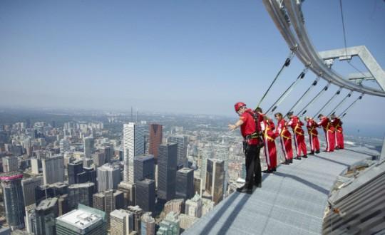 Edge Walk, o pessoal que tem coragem de se aventurar preso a cabos de aço (crédito: divulgação CN Tower)