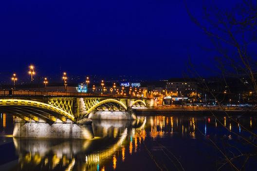 Ponte sobre o rio danúbio