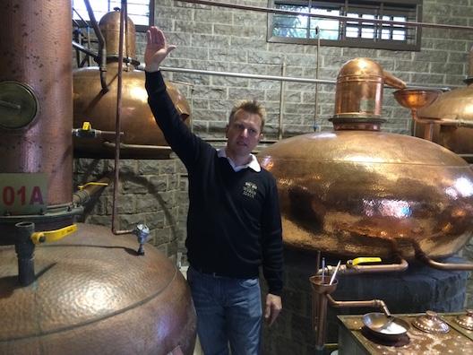 Evandro explicando as etapas da destilação