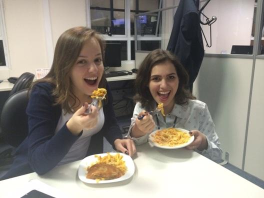 Mariana Ceccon e Yasmin Luz sendo muito bem alimentadas pelo Roteiro da Sara!