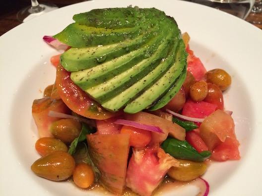 Salada de tomates orgânicos, abacate, manjericao e cebola roxa
