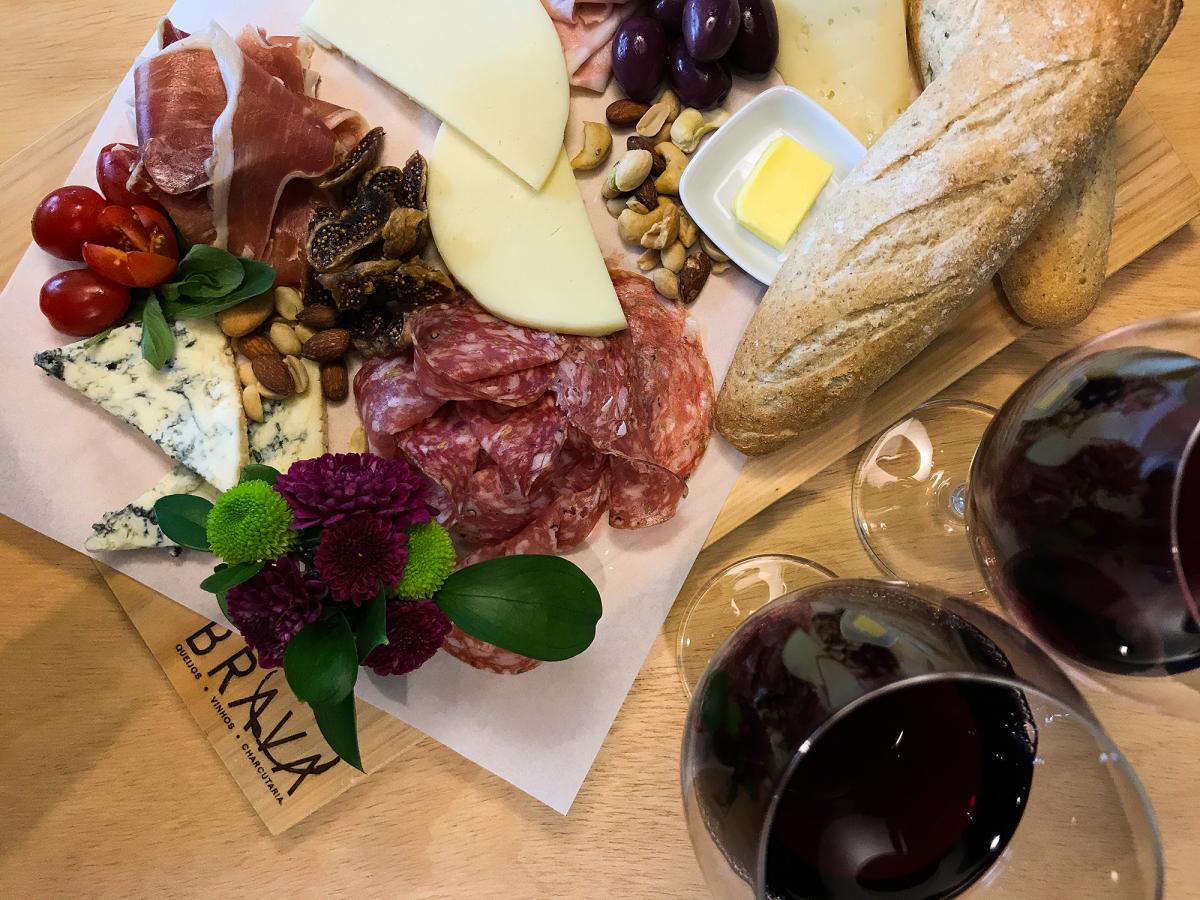 Tabua de queijos e charcutaria da Brava Gastrobar